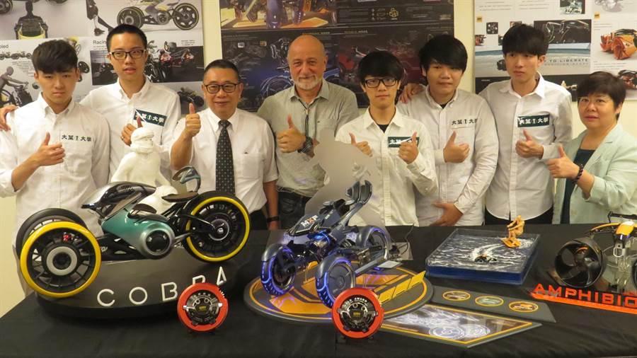 大葉大學工設系德國籍教授蓋格(左四)帶領的學生團隊參加「上海方宇設計新銳挑戰賽」囊括前3名,校長梁卓中(左三)稱讚不已。(鐘武達攝)