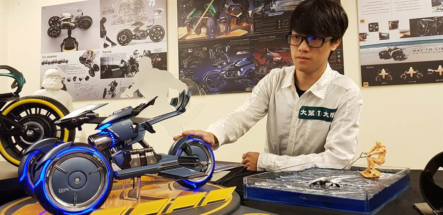 勇奪上海方宇設計新銳挑戰賽金牌的王唯懿與他的作品。(鐘武達攝)