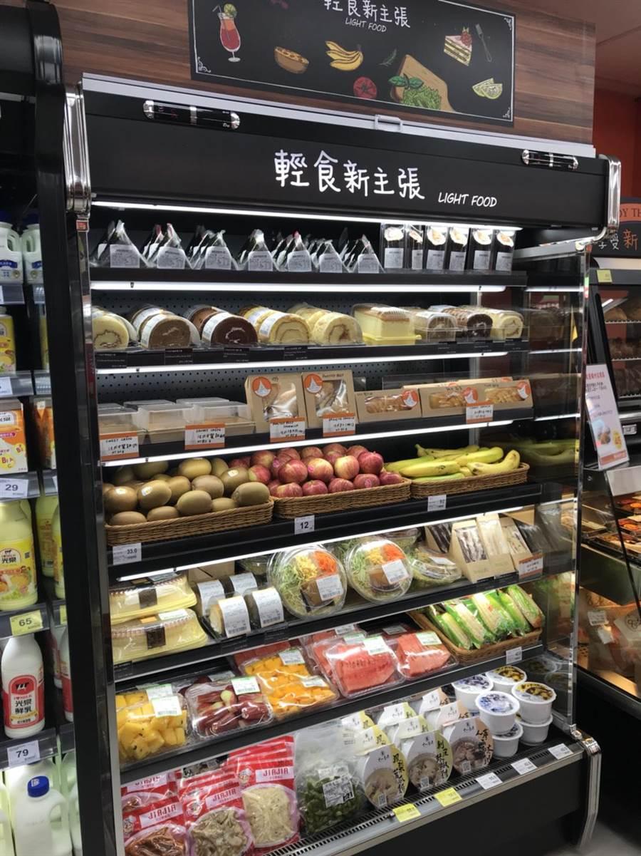 便利購錦州店「輕食新主張」有三明治、義大利麵、沙拉、湯品、單售水果等。(家樂福提供)