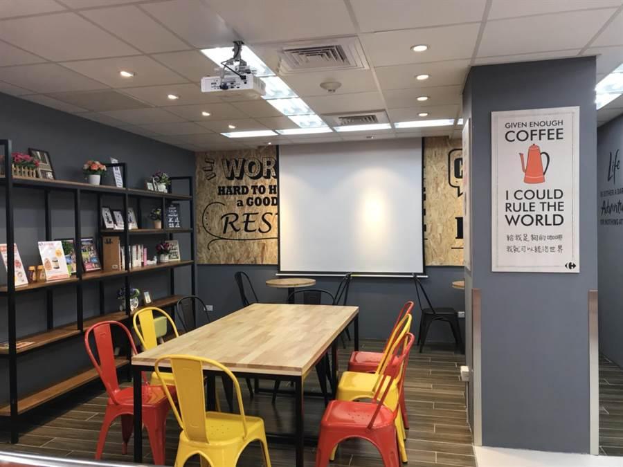 便利購錦州店1樓區域設有可容納10人以上的「多功能休息區」,備有投影設備,便於鄰近商辦會議需求。(家樂福提供)