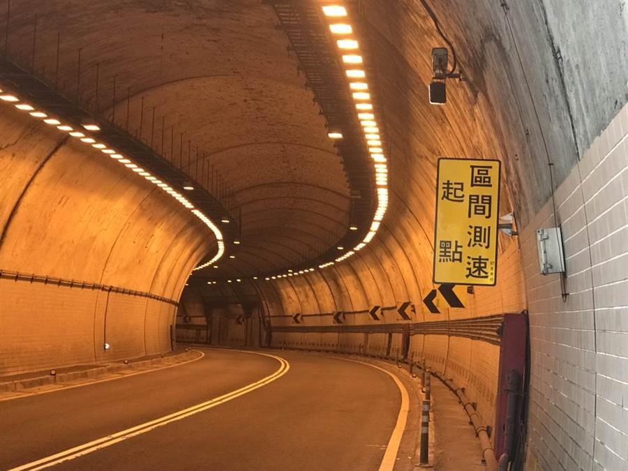 全國首例!新北市警局交通大隊自今年7月1日起將在萬里隧道實施「平均速率」執法。(葉書宏翻攝)