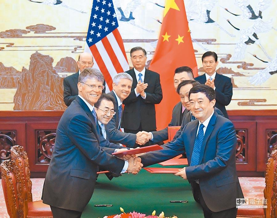 2017年11月8日,時任大陸國務院副總理汪洋在北京人民大會堂與美國商務部長羅斯舉行會談。(新華社)