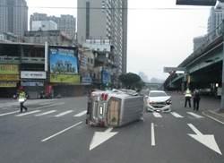 台灣大道廂型車攔腰撞側翻 汽車標誌粘車窗