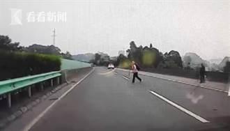 影〉記錄儀裡慘烈一幕!老人橫穿高速瞬間被車撞飛