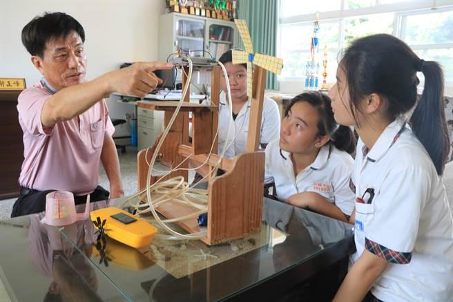 車城國中校長謝正峰(左一)強調學生要有動手做及問題解決能力,目前正積極爭取經費在校內成立「製造教育科技中心」。(謝佳潾攝)