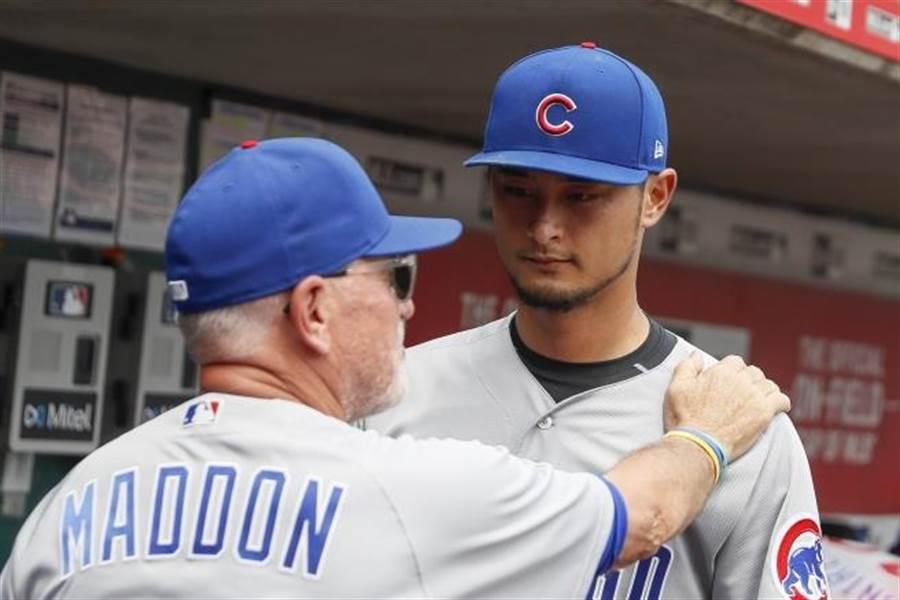 小熊總教練麥登(左)與投手達比修有交談。(美聯社)
