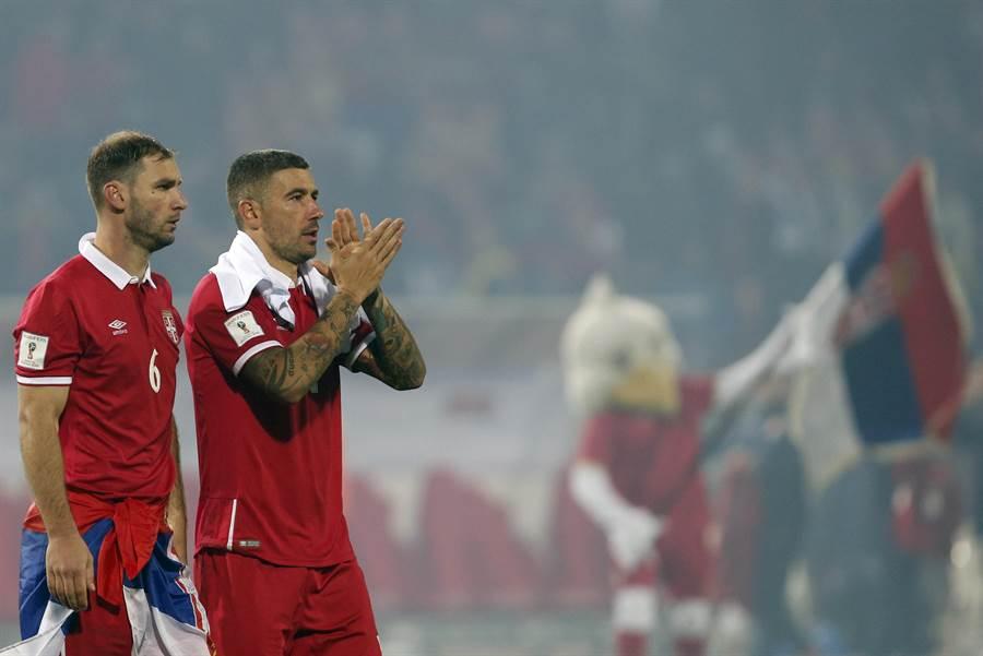 塞爾維亞去年底換教練,隊長也從伊凡諾維奇(左一)換成柯拉羅夫(左二)。(美聯社資料照)