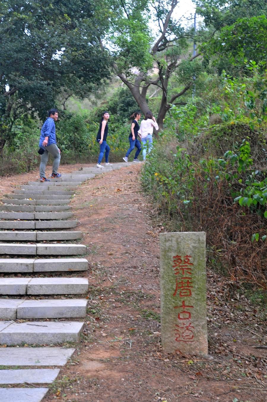 登太武山「蔡厝古道」的頂端,即為「元碑」矗立地點。(李金生攝)