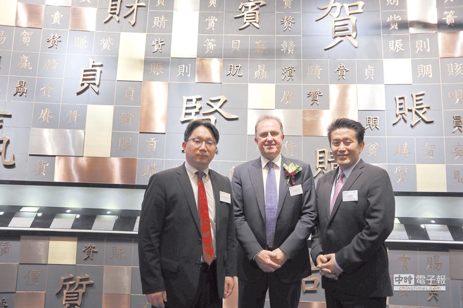元大投信總經理劉宗聖(左起)受邀到香港參加A股入摩敲鐘儀式,與MSCI指數公司全球營運長Laurent Seyer、亞太區總裁Jack Lin合影。 圖/元大投信提供