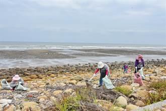 周末來淨灘 紅毛港海堤清潔溜溜