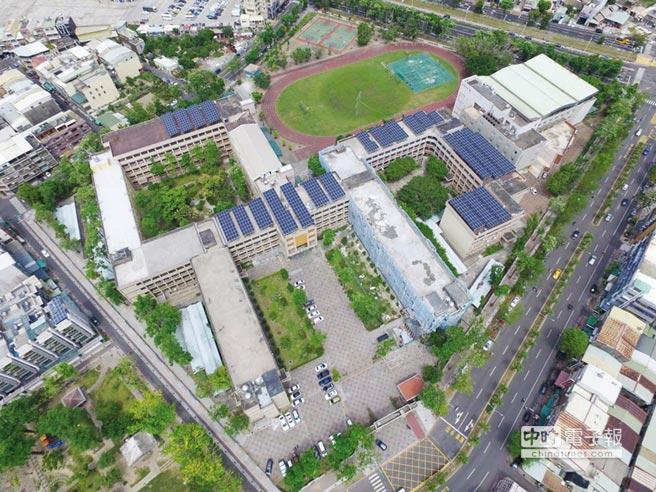 高雄太陽光電每年發電量3.23億度電,約可提供87,653家戶的每月所需用電量,圖為瑞祥高中太陽能裝置。圖/高雄工務局提供
