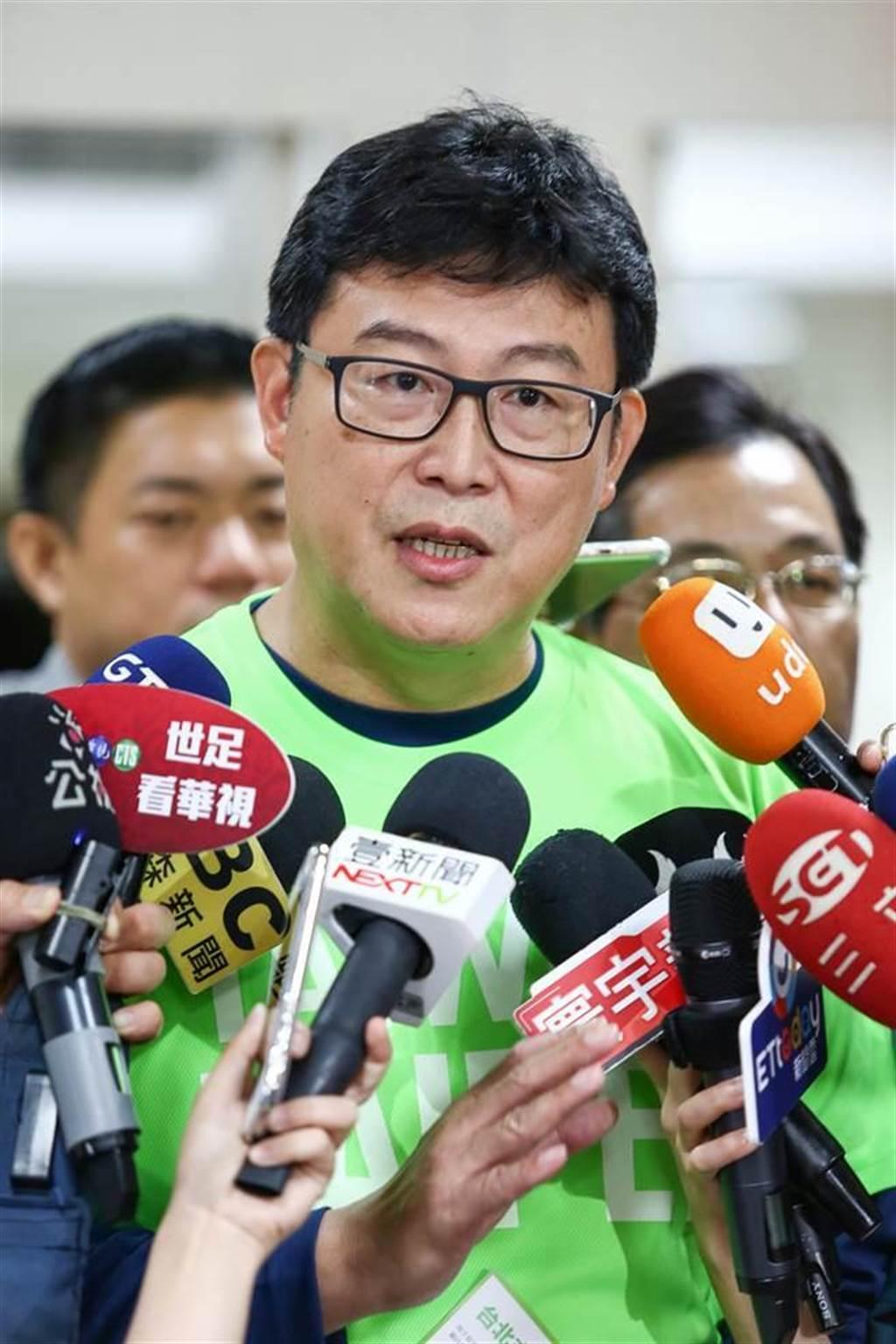 民進黨台北市長候選人、立委姚文智昨(17日)出席時代力量台北市議員蕭新晟的開幕茶會,並致詞表示「大綠(民進黨)、小綠(時代力量)要團結」的口號,更指出所謂的「綠」不是「意識形態」,而是「台灣價值」。(鄧博仁攝)