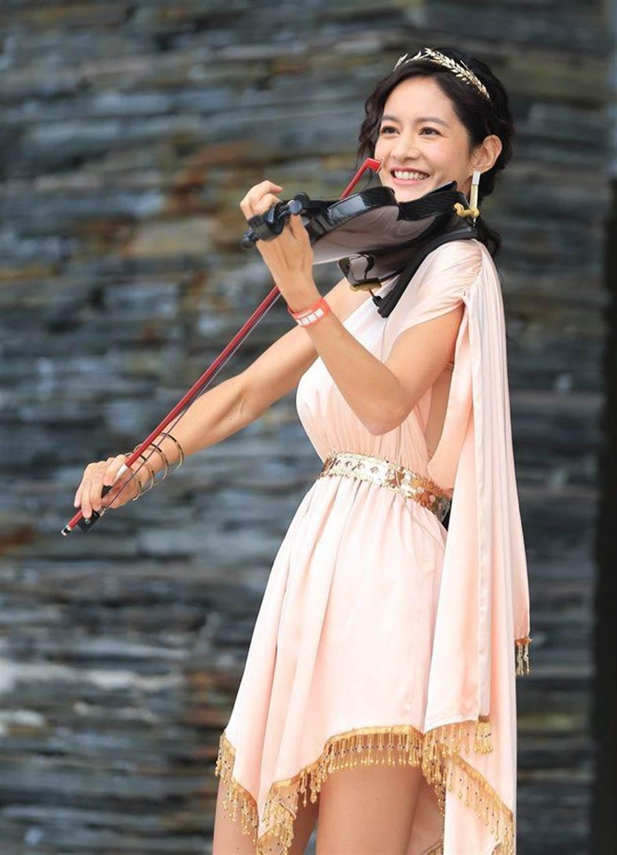 Janet在活動中,演奏小提琴。(舒潔提供)