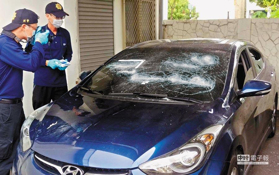 何男的車子前後玻璃都破碎,警方鑑識人員進行蒐證。(潘建志攝)