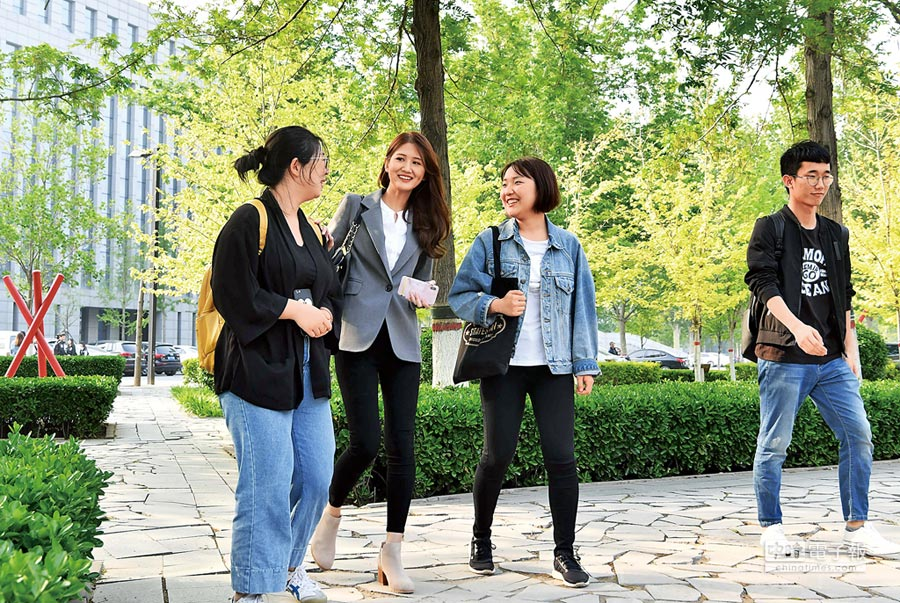 西進求學是一種趨勢,應尊重學子們的生涯規畫。圖為台灣青年翁如辰(左二)在美讀完MBA後,也是選擇到大陸教書,就是看好當地教學環境及經濟發展。(中新社)