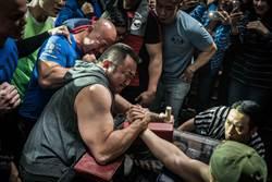 馬東石腕力賽比真的 手部腫脹連瓶蓋都轉不開