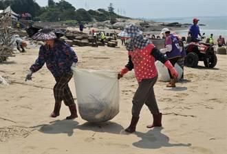 金門軍民清出2噸垃圾  成功海灘變「水」了
