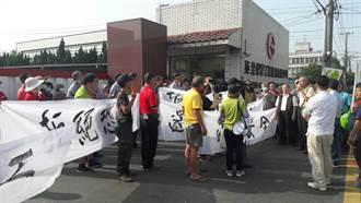 影》全興工業區化工廠漏夜狂燒8小時 附近居民圍廠抗議
