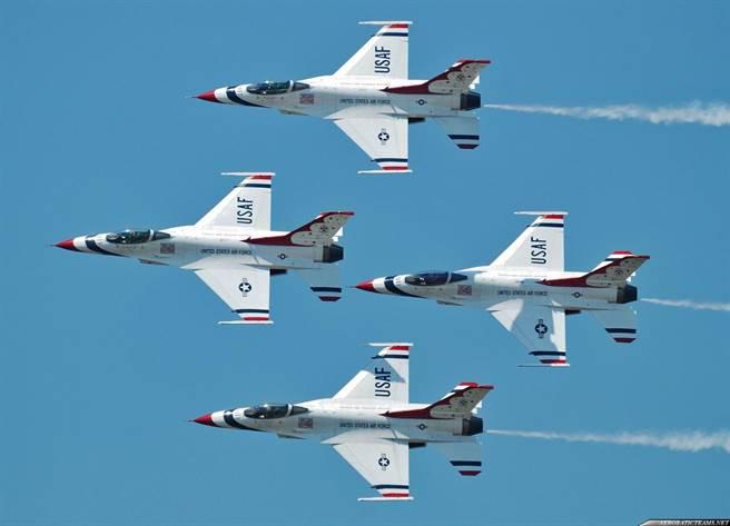 美國空軍的雷鳥特技小組,使用F-16戰機已30多年,還沒有換戰機的想法。(圖/美國空軍)