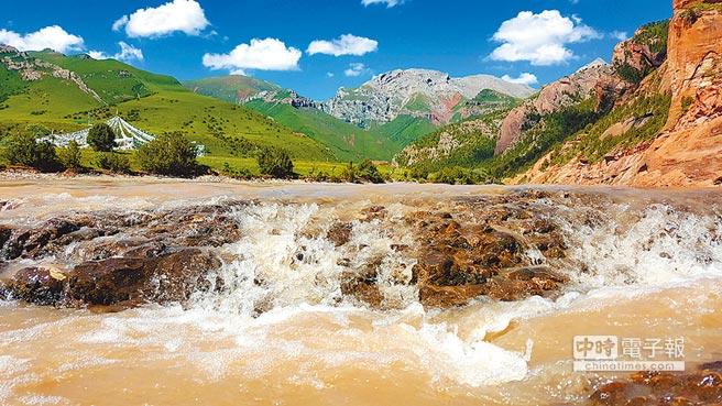 地处澜沧江源头的昂赛大峡谷中江水奔流而下。(中新社资料照片)