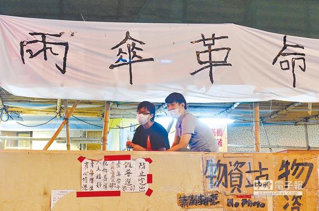 2014年10月21日,香港旺角示威者掛出大型橫幅「雨傘革命」。(中新社)