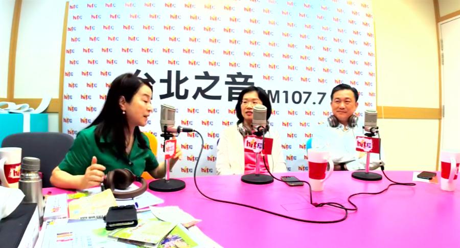 綠委王定宇(右)今上廣播節目,意外在廣告時間大爆台南市長選舉八卦,也證實黨內不合傳聞。圖/擷取自《蔻蔻早餐》臉書直播