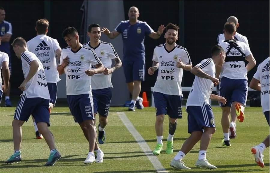 2018世界盃足球賽6月14日至7月15日在俄羅斯舉行。圖為阿根廷練球照。(資料照/美聯社)