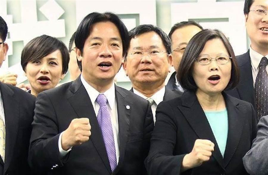 圖為蔡總統(前右)和賴揆(前左)。(本報系資料照片)