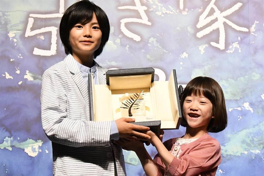 城檜吏(左)、佐佐木光結(右)開心舉起金棕櫚獎座。(采昌提供)