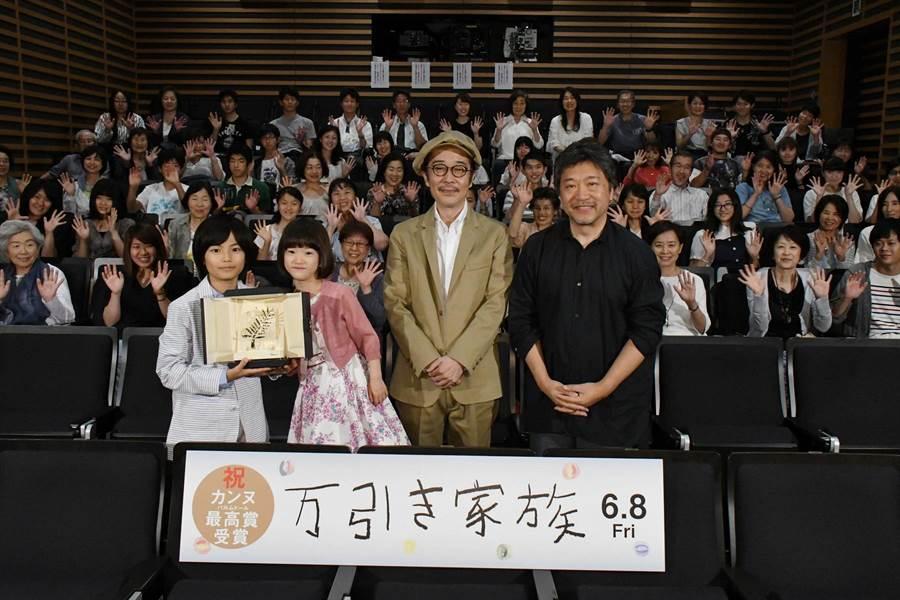 城檜吏(左起)、佐佐木光結、Lily_Franky與導演是枝裕和,參加三代同堂試映會。(采昌提供)