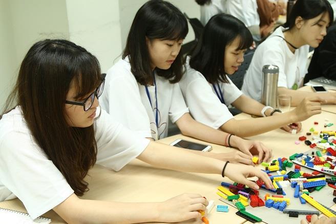 「蹲點‧台灣」學生用樂高建立團隊默契。(中華電信基金會提供)