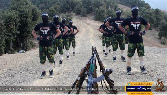 巴基斯坦的塔利班訓練營,衣著被稱為龐克搖滾風格。(圖/推特)
