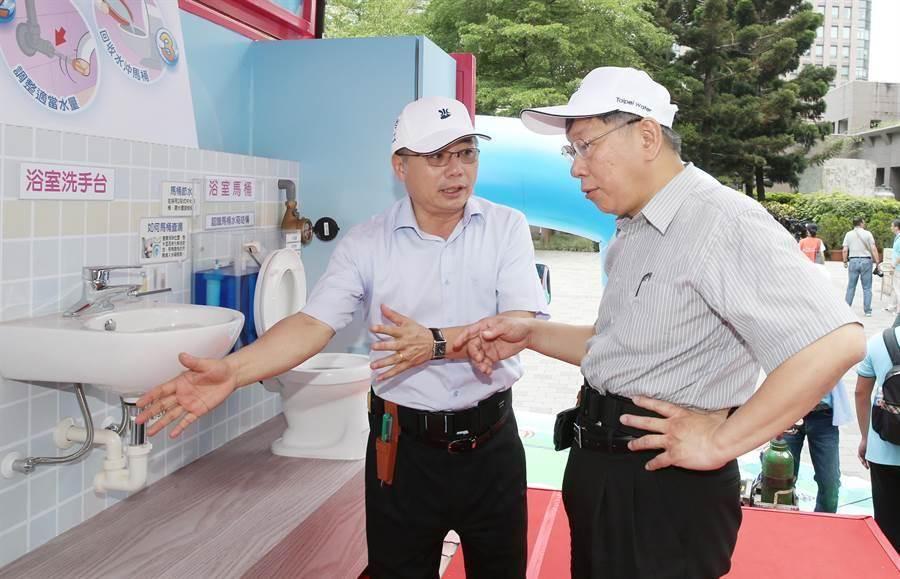 台北市長柯文哲(右)5日出席「家戶節水到府服務」記者會,並登上首次亮相的「節水體驗車」,了解車內設備如何宣導民眾節水。(姚志平攝)