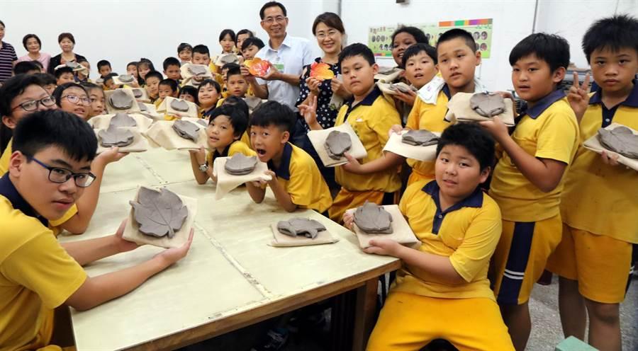 金竹國小與民族國小學生一起動手體驗捏陶樂趣,製作漂亮的葉形盤。(林雅惠攝)