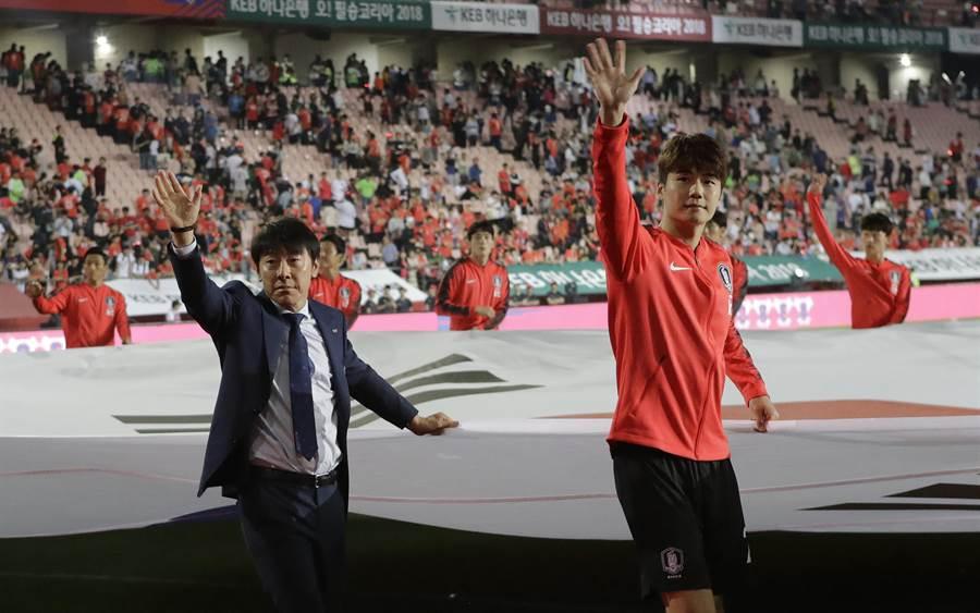 韓國總教練申台龍(左)與隊長奇誠庸揮手感謝球迷。(美聯社資料照)