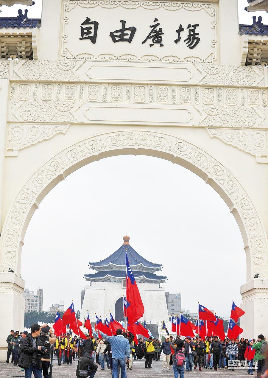 2017年2月28日,中華民國退將社會服務總會及復興崗校友會等團體在中正紀念堂進行護蔣活動,成員們舉著大、小國旗,反對蔡政府推動「去蔣化」。(本報系資料照片)