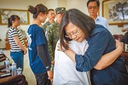 吳母抱總統泣訴…我兒子最棒
