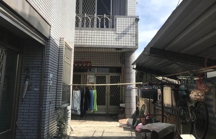 警方清晨在台南善化一處民宅逮捕洪偉智。(莊曜聰攝)