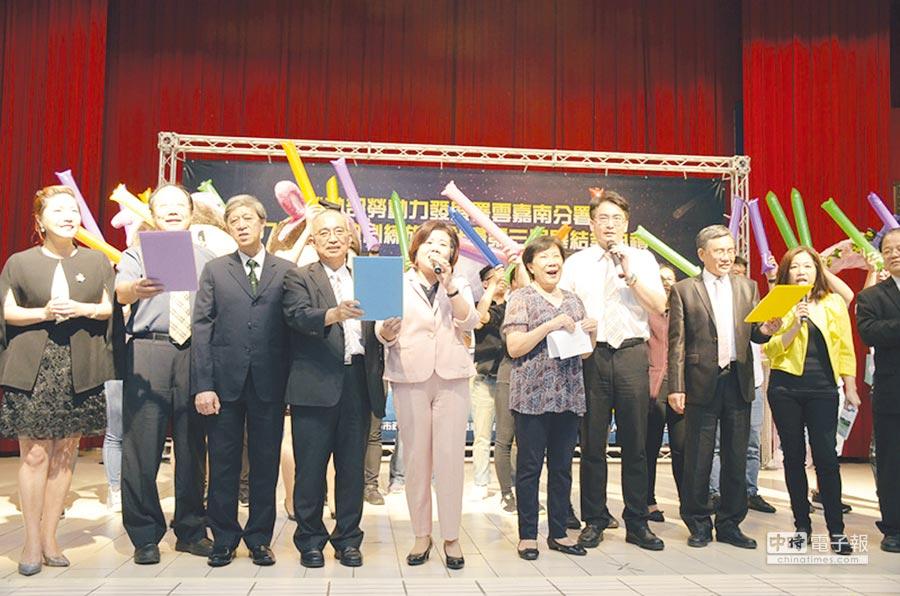 勞動部長許銘春(左五)在畢業典禮獻唱「隱形的翅膀」,並以聖經「流淚撒種的,必歡呼收割」勉勵雙軌學子。圖/雲嘉南分署提供