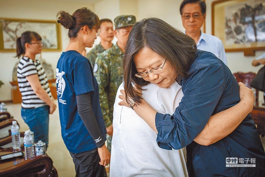 蔡英文總統5日慰問吳彥霆少校家屬。(總統府提供)