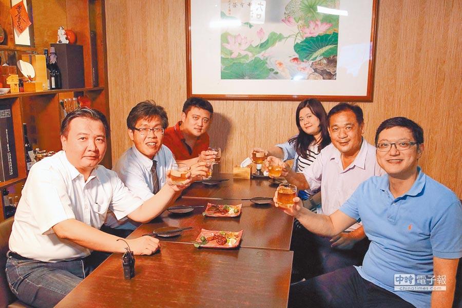 高市代理市長許立明(左)、經發局長李怡德(右)與美食評審團舉杯,邀請民眾來高雄品嘗下酒菜。  (柯宗緯翻攝)