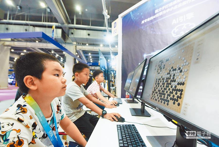 5月27日,杭州2050大會,小朋友與圍棋AI對弈。(CFP)