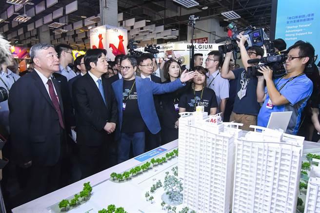 行政院長賴清德(左二)至InnoVEX展區參觀。圖:貿協提供