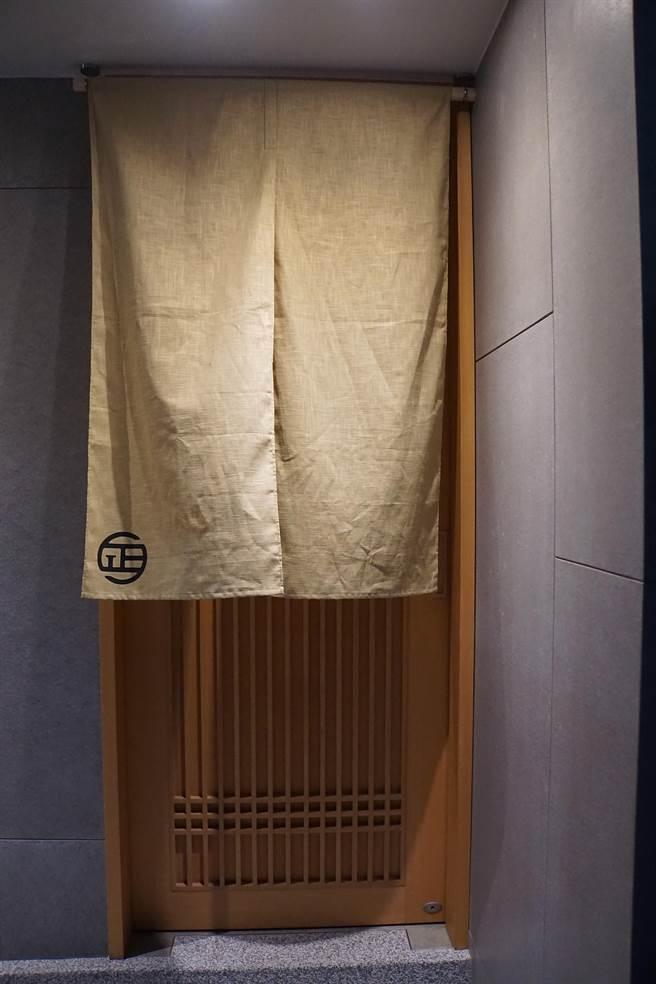 位在台北市仁愛路巷弄內的〈鮨七海〉,入口布簾左下角印有小小的logo,非常低調。(攝影/姚舜)