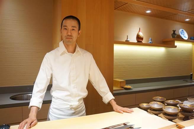 〈鮨七海〉主廚野澤勝(Masaru Nozawa)曾擔任壽名名廚石橋正和(Masakazu Ishibashi)左右手,在石橋欽點下來台坐鎮。(攝影/姚舜)