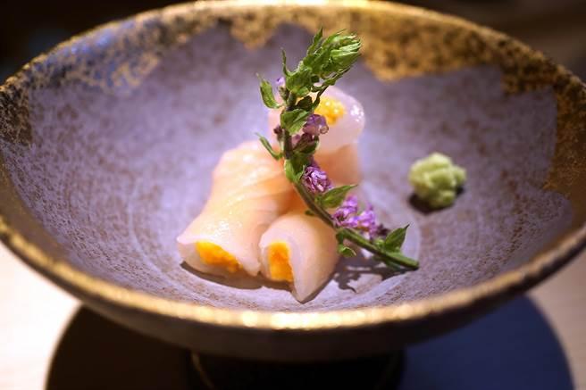 〈海膽比目魚捲〉是將比目魚薄切後捲入海膽作餡,味道鮮美甘甜。(攝影/姚舜)