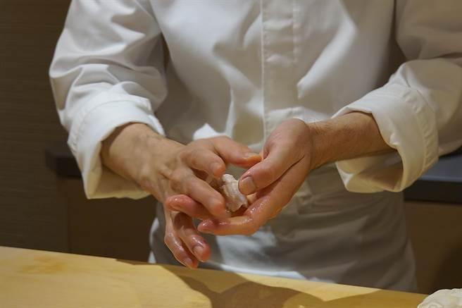 野澤勝捏製握壽司的手法純熟,速度很很快,且提味的手法很多元。(攝影/姚舜)