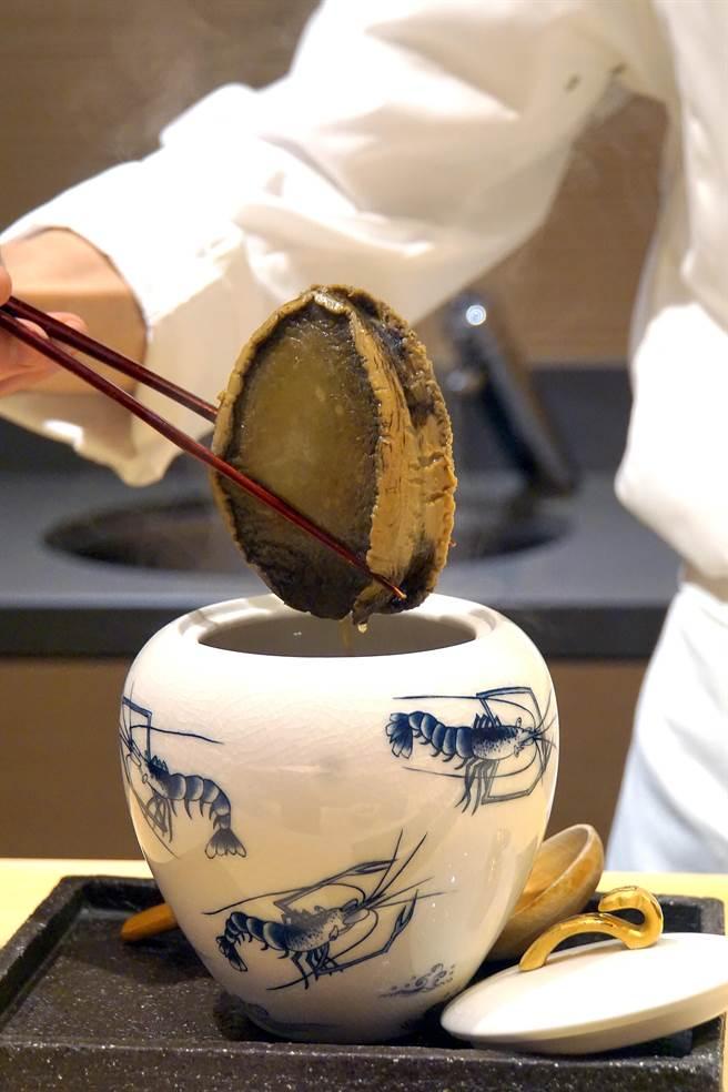 在精緻瓷罐中足足蒸炖3小時的日本黑鮑魚,切片後與鮑魚肝一起呈盤出菜,口感鮮嫩彈Q且非常入味。(攝影/姚舜)