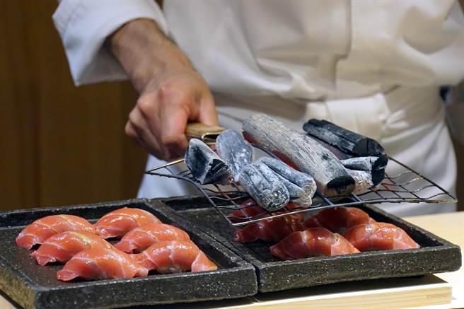 野潭勝炙燒鮪魚大腹不是用瓦斯噴槍,而是在將燒紅的備長炭放在烤網上,隔著烤網由上往下隔空炭烤。(攝影/姚舜)