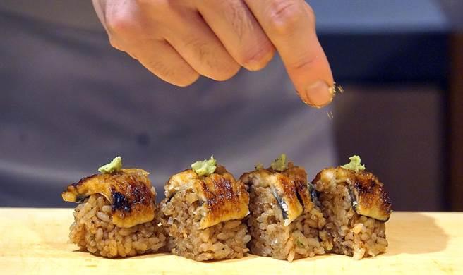 八重味噌是野潭勝老家名古屋 特產,〈鰻魚棒壽司〉的米飯拌入這種味道濃重的味噌,搭配烤鰻魚。(攝影/姚舜)